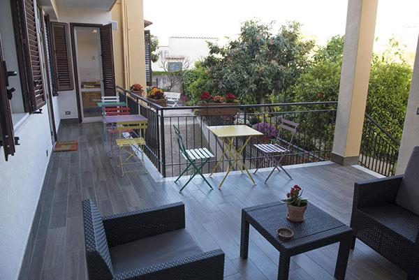 fotografia del terrazzo arredato con poltrone per esterno e tavolini colorati