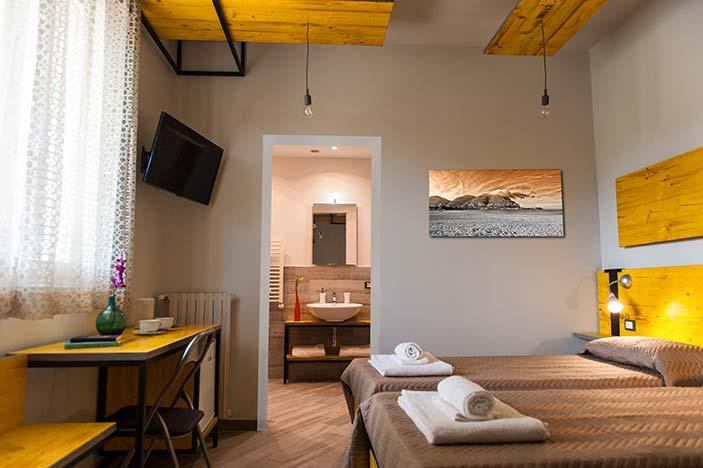 foto di una camera doppia con bagno