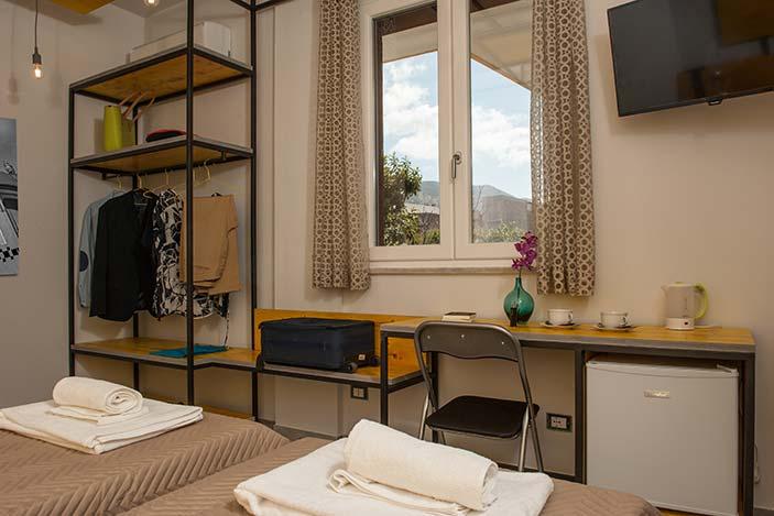 fotografia di una camera con frigorifero e televisore in evidenza